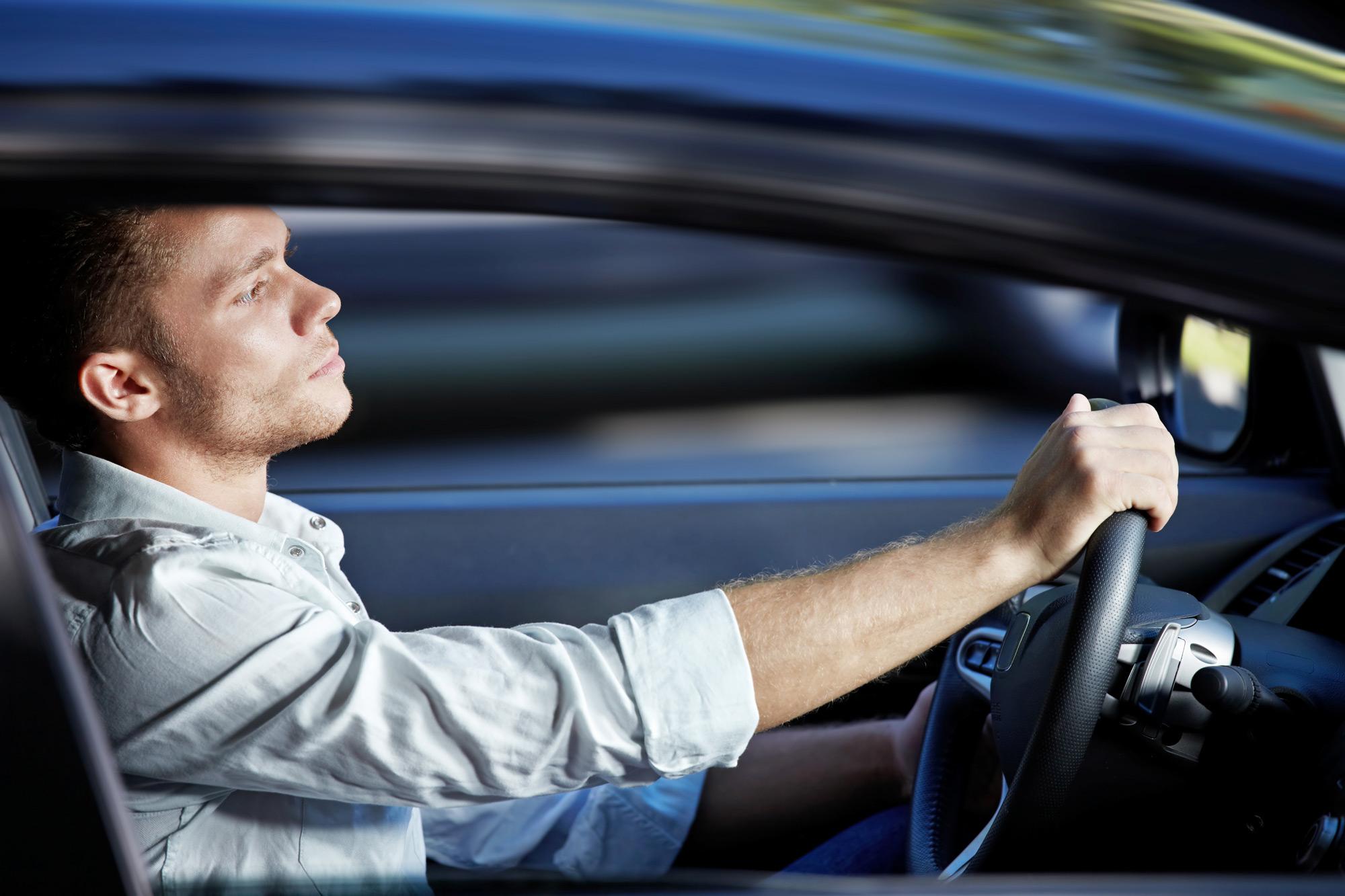 фото одного мужчины на машине принципе